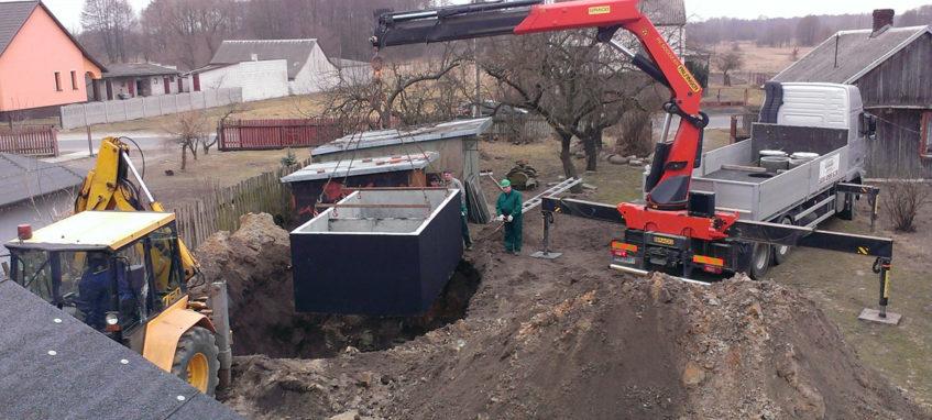 Usadzovanie betónové žumpy do výkopu betonova zumpa usadenie Trenčín