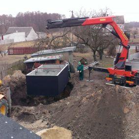 Usadzovanie betónové žumpy do výkopu betonova zumpa usadenie %%kdo%%