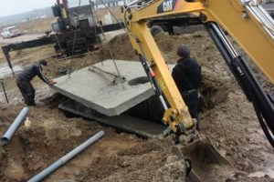 Kladenie vrchnej dosky betónové žumpy